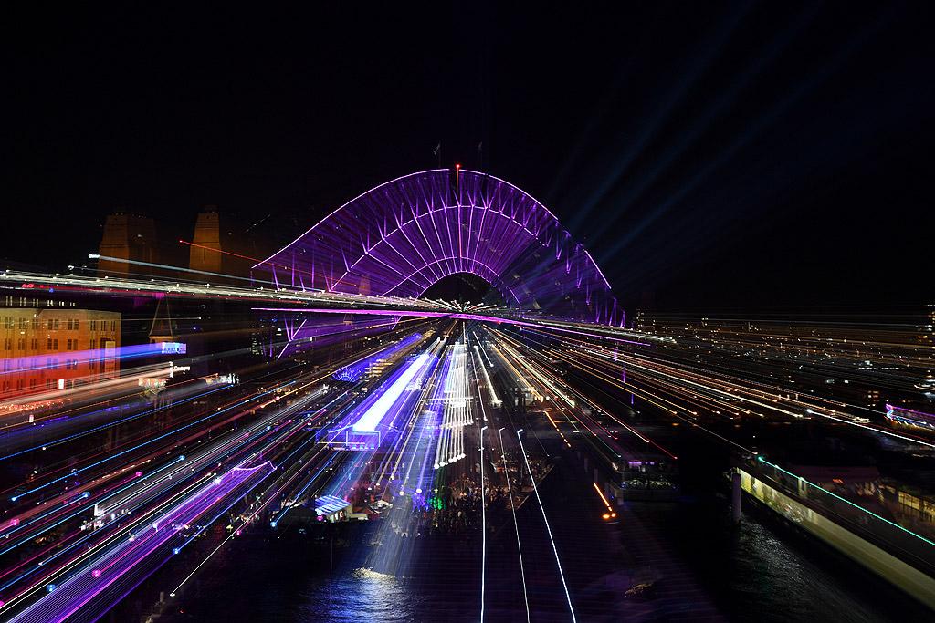 Най-големият и стар град в Австралия Сидни се превръща в ослепителна феерия от цветове, музика и бляскава празничност.
