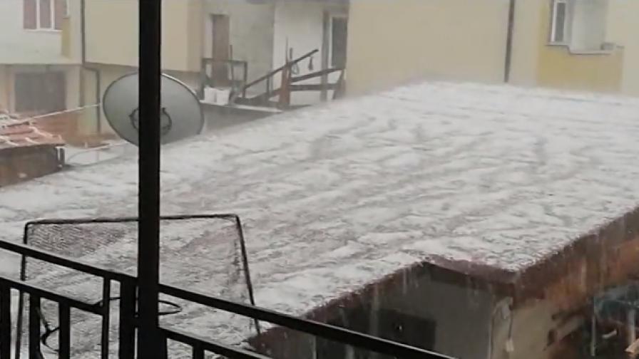 Невиждана градушка в Панагюрище, кога ще спре да вали