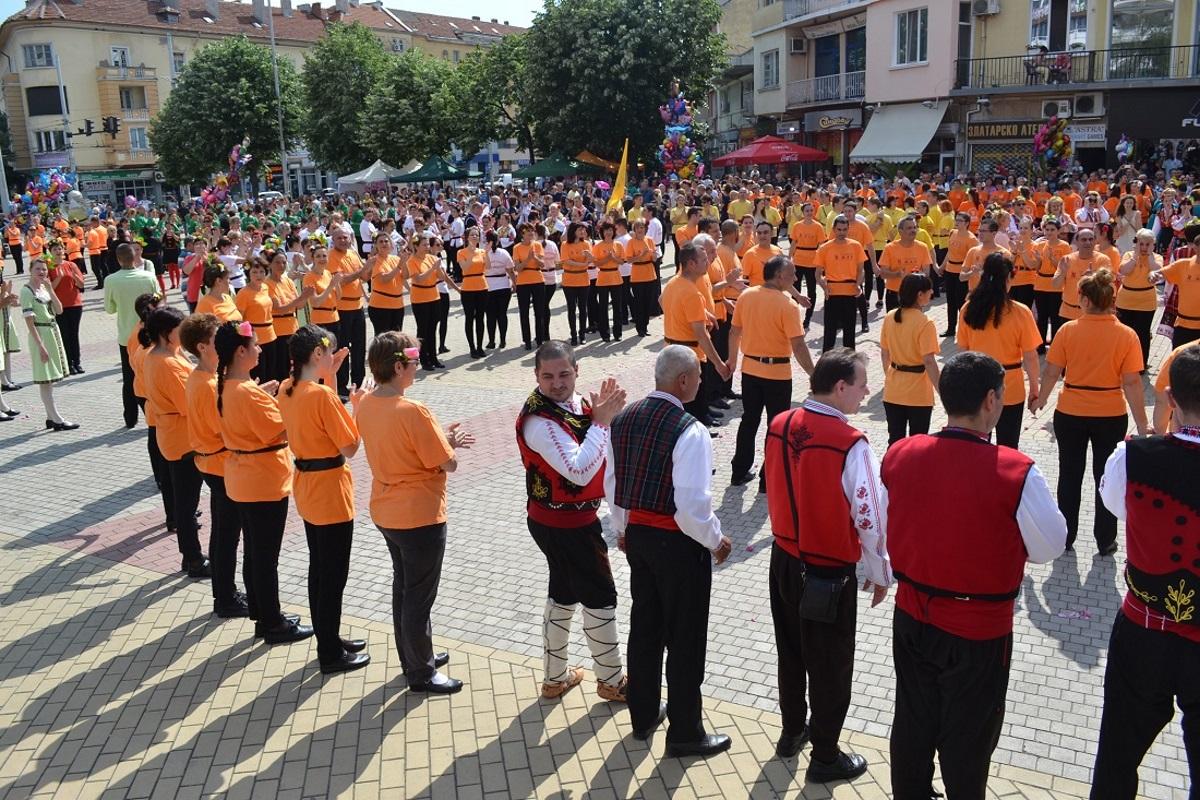 Хиляда колоритни мъже и жени в носии от цялата страна изпълниха централния булевард на Казанлък за първото шествие на розоберачите във Фестивал на розата и най-дългото хоро, виждано в Града на розите