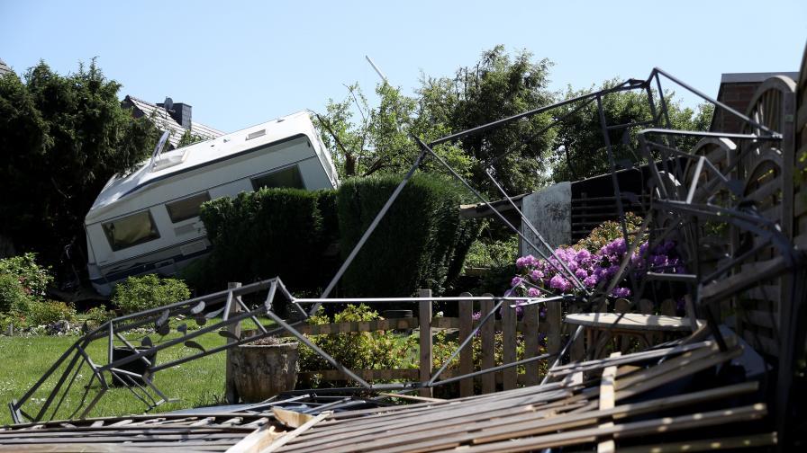 Бури в Германия - мълния удари жени, кално свлачище отнесе кола