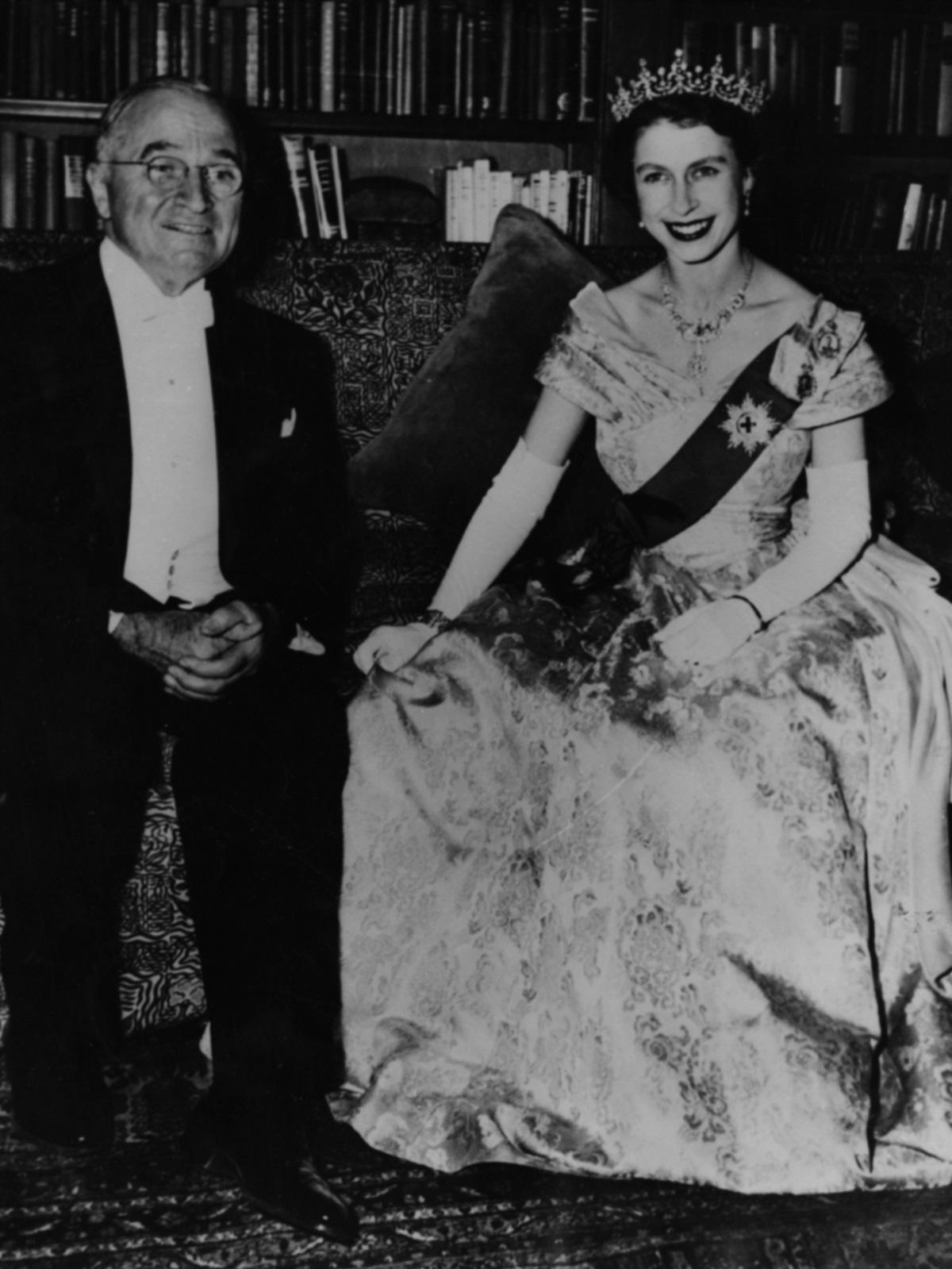 """1. Хари Труман е президент на САЩ от 1945 до 1953 г. Управлението му е изпълнено със значими събития, сред коитоизползването на атомната бомба, краят наВтората световна война, започването наСтудената война(Доктрина """"Труман""""), създаването наООН,Корейската война. Принцеса Елизабет се среща с него във Вашингтон през 1951 г., когато е 25-годишна."""