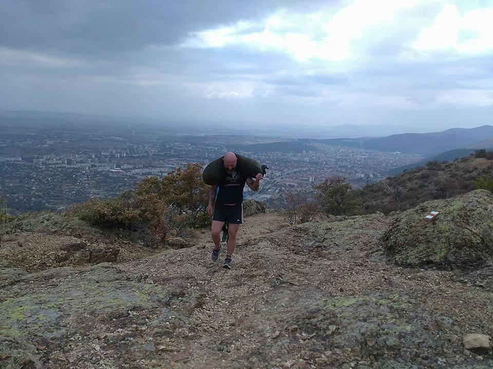 Част от тренировката на Красимир включва изкачване в планината с тежести.