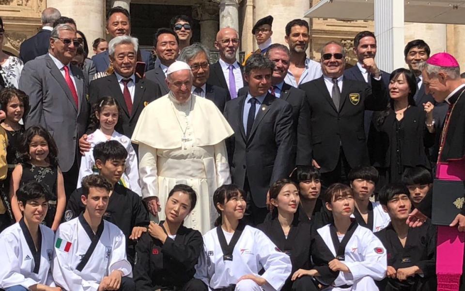Папа Франциск благослови таекуондото и Слави Бинев на аудиенцията
