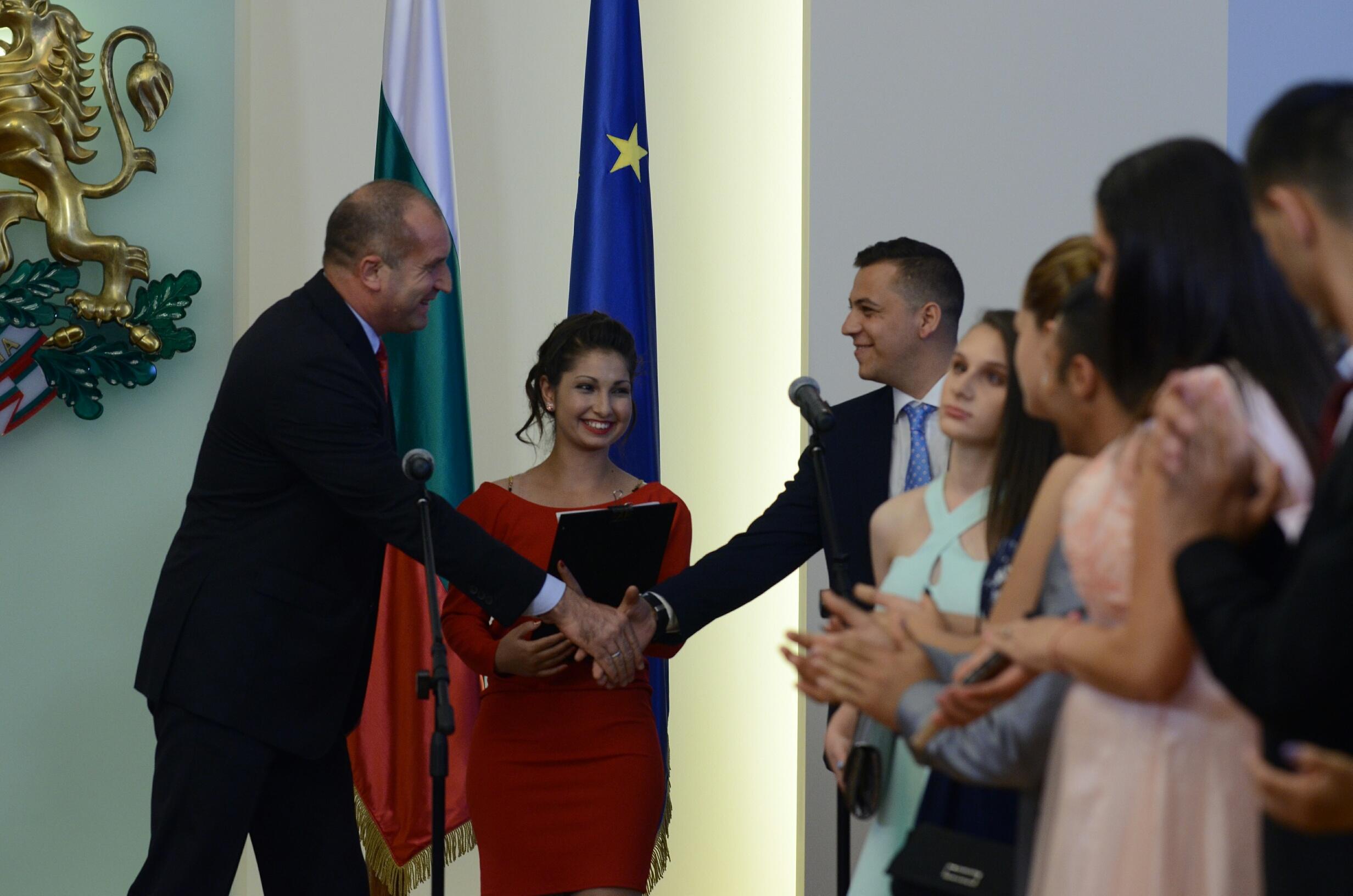 Президентът Румен Радев посрещна абитуриенти от над 60 специализирани институции за деца и младежи от цялата страна. На събитието присъства и първата дама Десислава Радева.