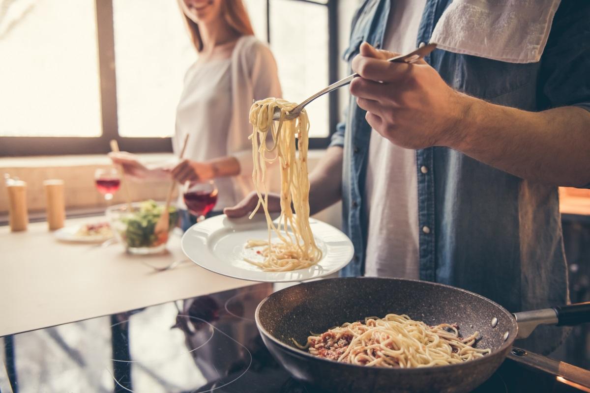 4.Вечеряйте пълноценно - Известно е, че храни като лук и чесън, както и кафето и алкохолът, са причина за лош дъх. Но от друга страна нередовното хранене също допринасят за това. Процесът на хранене задейства отделянето на слюнка. Без нея устата ви не може да се самопочиства.