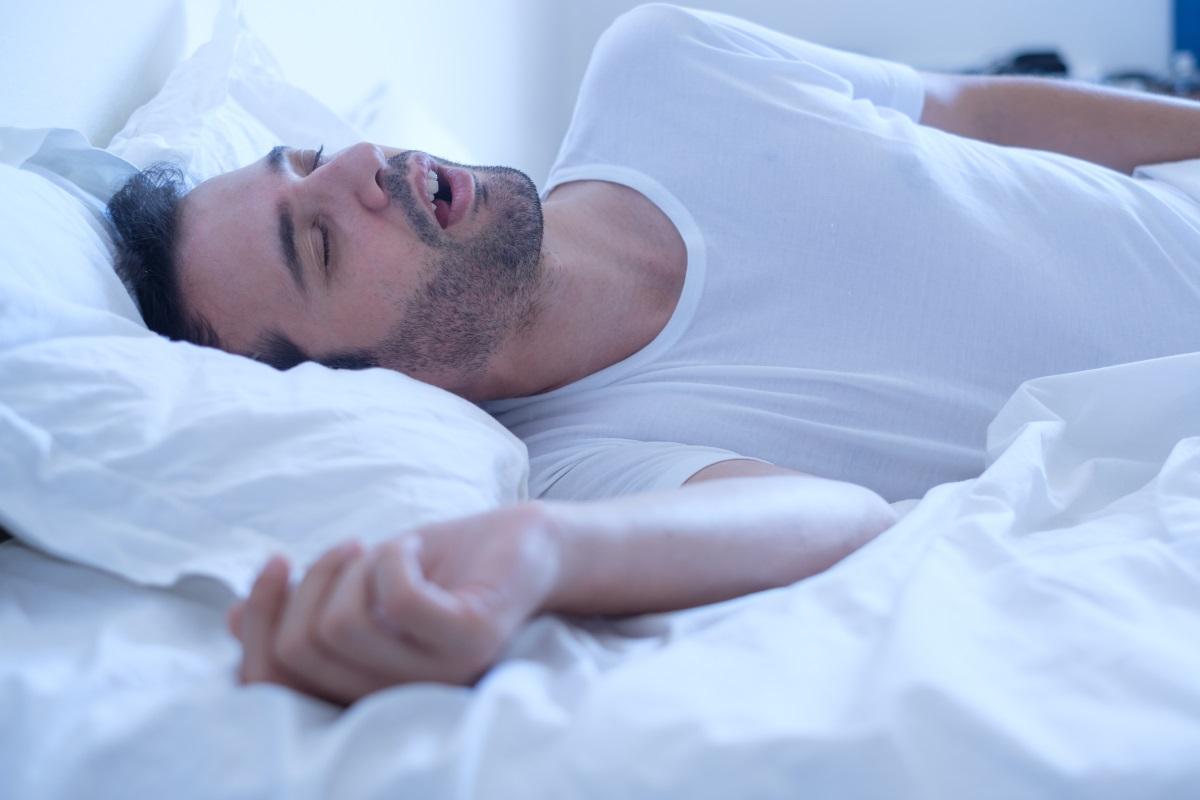 """3. Не дишайте през устата, докато спите - Хъркането и дишането през устата увеличават вероятността за лош дъх, защото намаляват количеството на слюнката в устата (тъй като тя изсъхва) и позволява на бактериите да се множат. """"Всеки път, когато намалявате слюнката в устата, намалявате способността ѝ да се бори с бактериите, причиняващи лошия дъх"""", казва д-р Хю Линкс, козметичен стоматолог и бивш президент на Американската академия по козметична стоматология. Ако имате проблем с хъркането, опитайте с ленти против хъркане или потърсете медицинска помощ."""