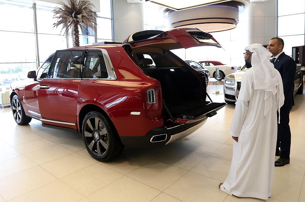 Максималната скорост на тежащия 2660 кг SUV е електронно ограничена на 250 км/ч. От компанията не посочват времето за ускорение до 100 км/ч, но пък дават параметъра за среден разход на гориво, който е най-маловажният в този автомобил: 15 л/100 км.