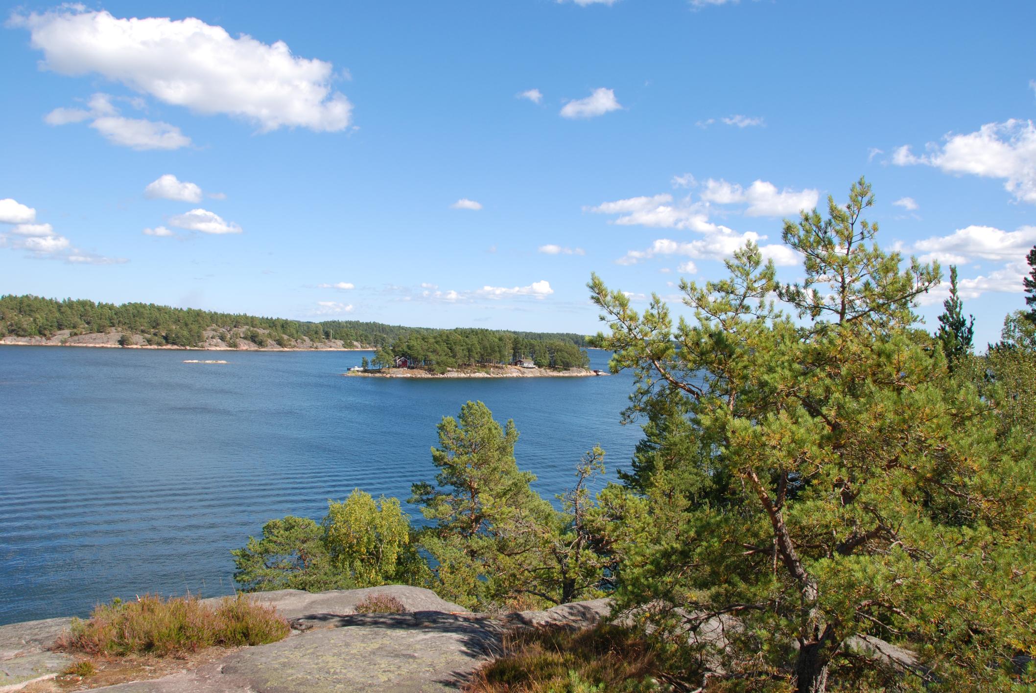 Гринда, Швеция - на острова е забранено карането на коли, но предлага много пясъчни плажове, пешеходни пътеки и селски чар.