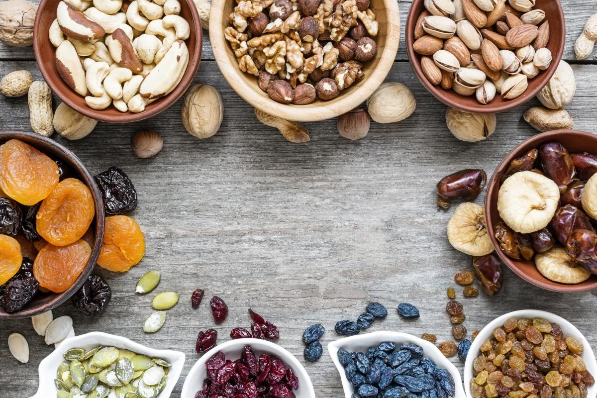 Ядем сушени плодове. Ако сушените плодове не са от любимата ни баба, а от промоцията в магазина, те са пълни със захар и консерванти и ако сме на диета, а си похапваме от тях, диетата ни става леко безсмислена.