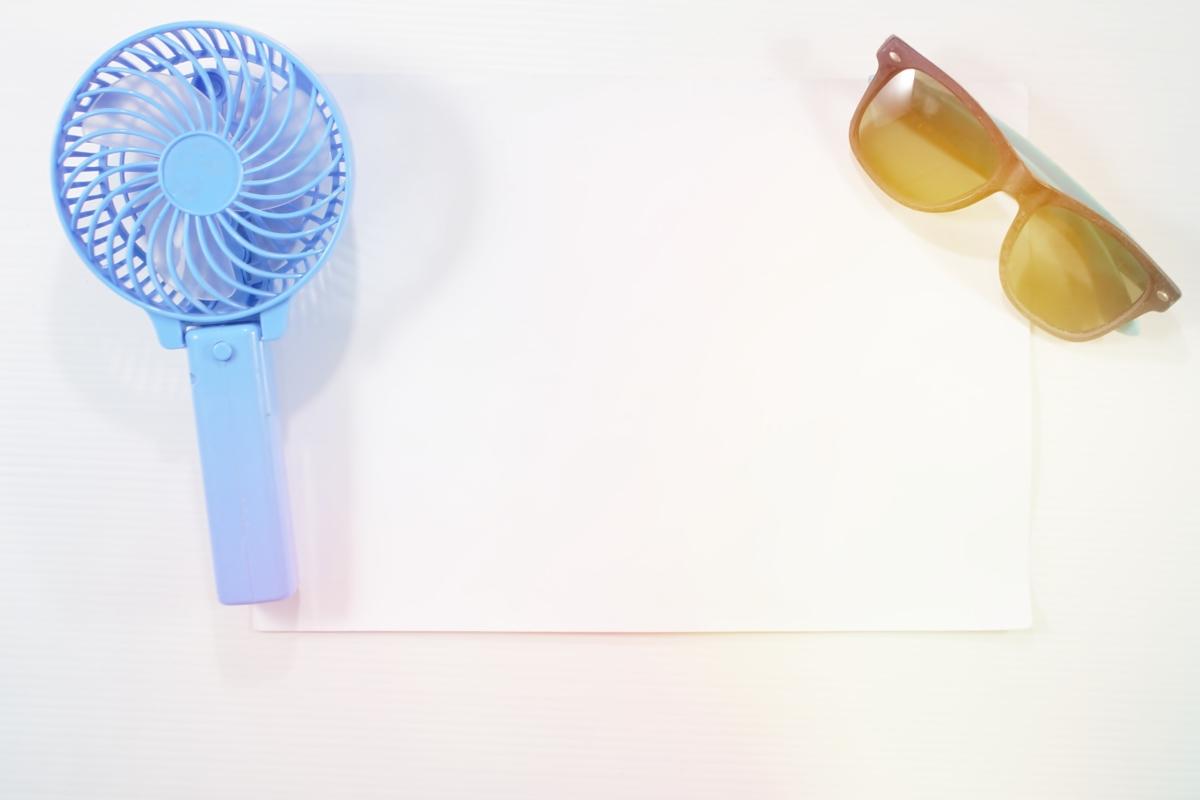 Когато излизате - снабдете се с малките вентилаторчета, които помагат в критични моменти, като например чакане на спирката или жегата в автобуса.