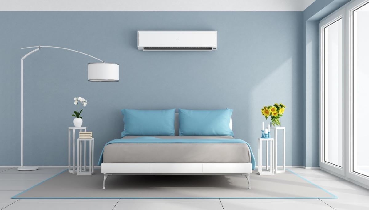 Колкото и да сме банални, нека го припомним: не слагайте климатика на много ниска температура, докато спите. Когато се събудите и излезете навън, ефектът е обратен.