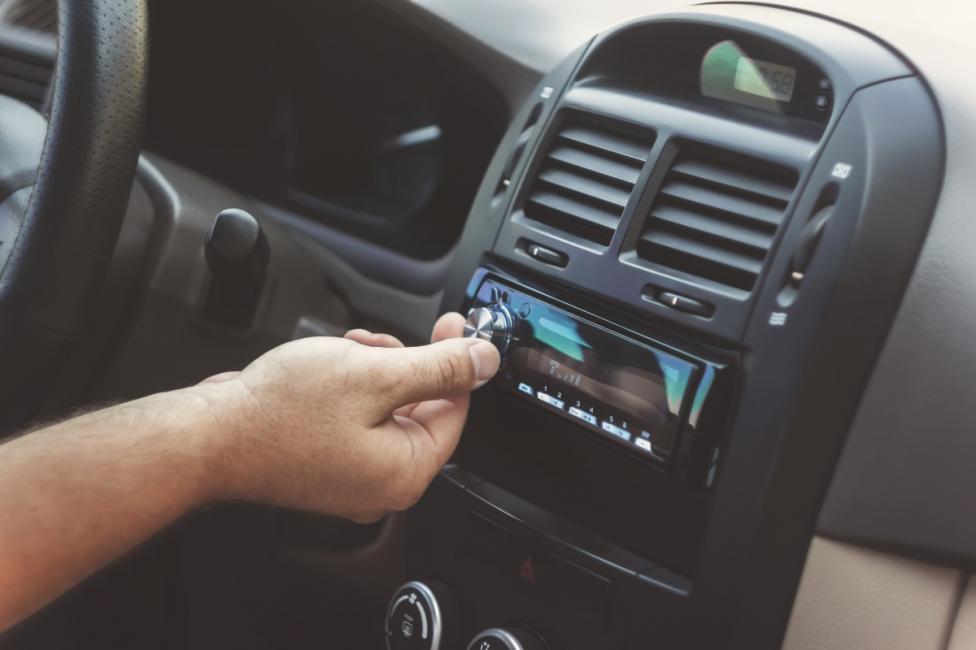 - Едва ли сте обърнали внимание, но когато минаваме по непознато място с колата, намаляваме музиката. Инстинкт на мозъка да бъде на щрек.