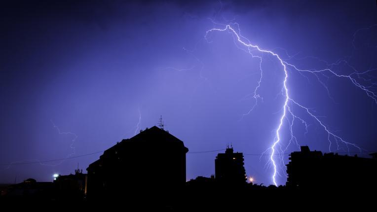 Как да предпазим електроуреди от повреда при гръмотевични бури