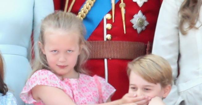Снимка: На баба внучетата! Принц Джордж и братовчедка му в смешна схватка в Бъкингам