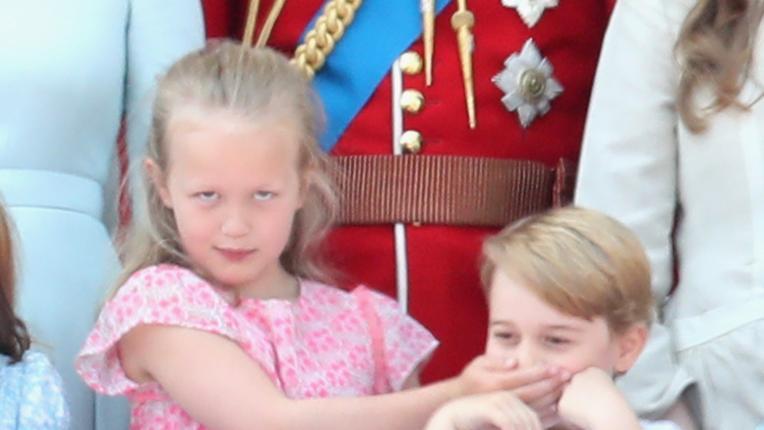 На баба внучетата! Принц Джордж и братовчедка му в смешна схватка в Бъкингам