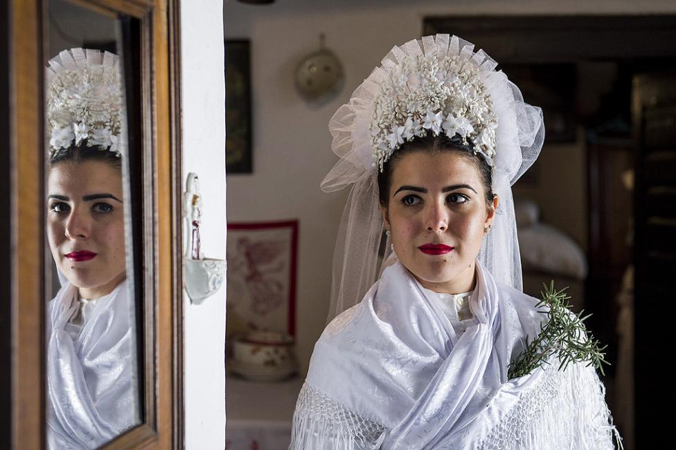 - Булка, облечена в народна носия, се подготвя за 10-ото годишно традиционно селско сватбено събитие в Сзихалом, на 125 км североизточно от Будапеща...