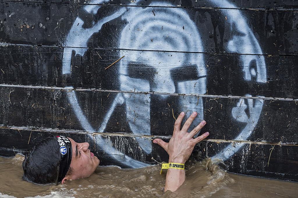 """Участници в състезанието """"Спартан"""" в Варгезтес, Унгария. Спартанската надпревара е екстремно състезание с различни препятствия"""