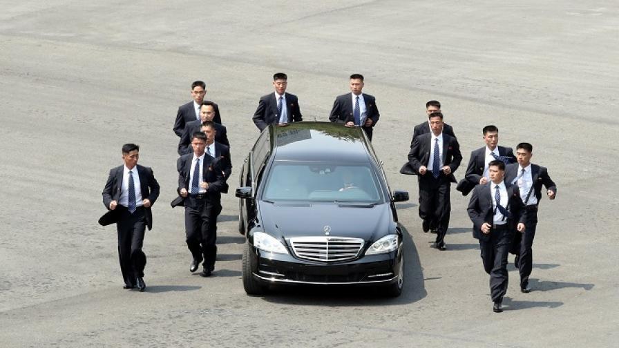 Кои са забулените в тайна охранители на Ким Чен-ун