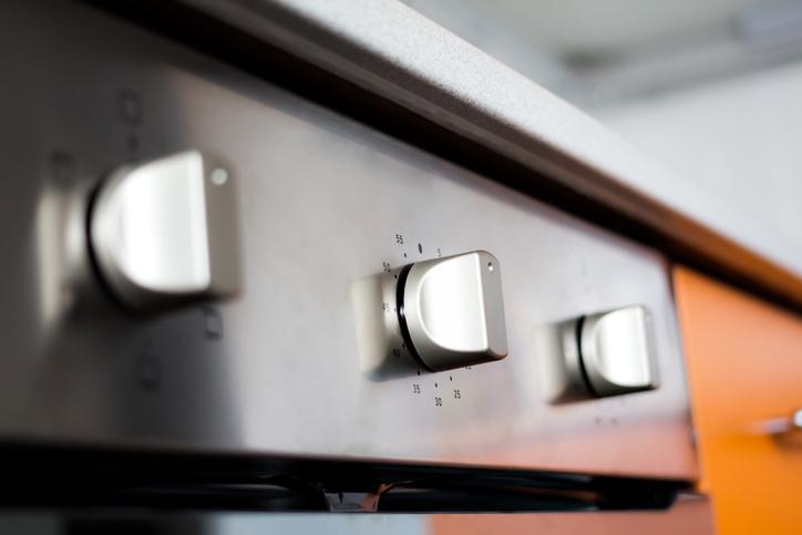 """Копчетата на печката (както и ключовете за лампите) са """"горещи зони"""" - докосваме ги всеки ден. Дори да сме си измили ръцете, микробите по тези места са много. Кога за последно почистихте старателно ключовете за лампите? Звучи странно, но е хубаво да се обръща внимание дори на тези дребни детайли. Не става дума за ежедневно чистете, но поне един до два пъти в месеца е достатъчно."""