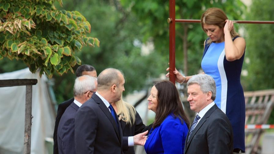 Радева и първата дама на Македония с еднакъв цвят тоалети
