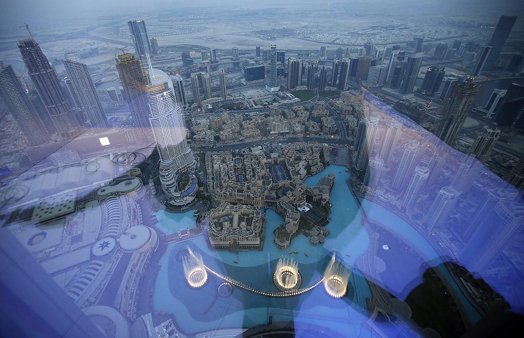 Бурж Халифа, Дубай Бурж Халифа е най-високият небостъргач в света с височина от 828 метра и има 163 етажа. Разположена в Дубай, най-високата сграда, строена някога, е събрала няколко световни рекорда. Наблюдателната площадка наскоро беше преместена на 148-ия етаж (около 555.7 метра, предишната й позиция беше на 125-ия етаж). Също така, тук е най-високият ресторант в света. Бурж Халифа бе построена през 2010 година от Emaar Properties за 1,5 млрд. долара. Кулата е част от новоизградения комплекс Даунтаун Дубай в близост до главния търговски квартал на града и заемащ площ от 2 кв./км.