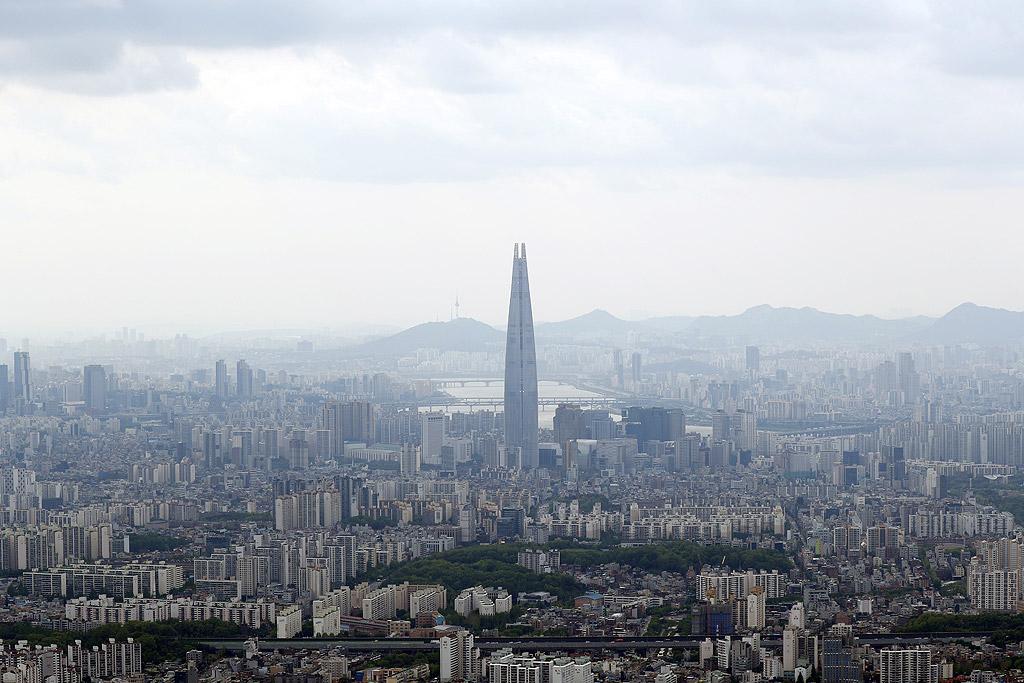 Лотте Тауър С височина от 555 метра, Лотте тауър в Сеул беше открита през април 2017 година и е петата по височина в света. Южнокорейският конгломерат Lotte Group инвестира 3.6 млрд. долара в изграждането на Lotte World Tower. Като останалите небостъргачи и в този има офиси, хотел и жилищна част и наблюдателна площадка за обществено ползване. 35 етажа от сградата са заети от 7-звезден хотел, а офисите на върха ще бъдат продавани само на компании, които могат да си позволят да купят цял етаж.