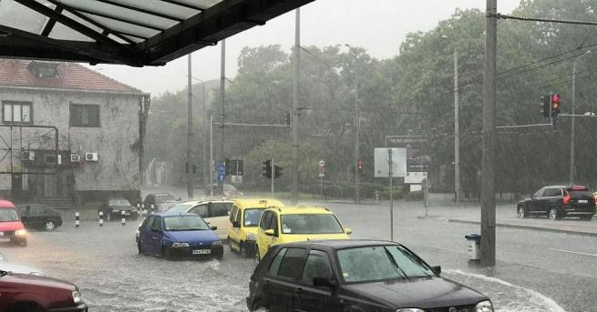 Силна буря, придружена с градушка, се изсипа в Бургас. Пътните
