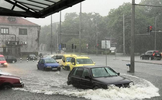 Буря с градушка удари Бургас, има наводнени улици