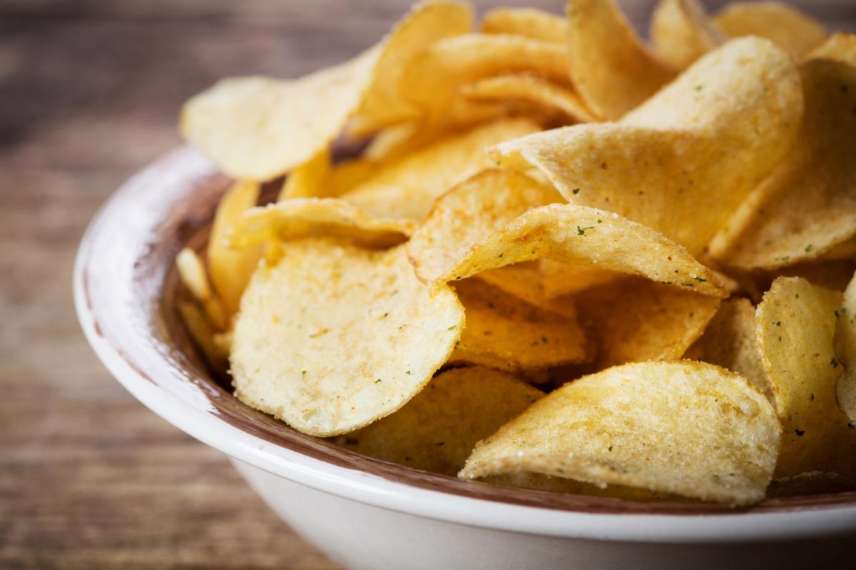 Чипсове, солени снаксове:те съдържат мастна киселина, която може да блокира произвеждането на хормона на щастието.