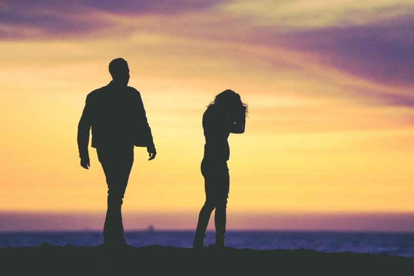 <p><em><strong>При истинската любов е напълно нормално да имате различни интереси</strong></em>, хобита и неща, които ви вълнуват. Няма нищо лошо в това да имате приятели, които са само ваши, или да правите неща, които са си само ваши от време на време. Там няма страх за това, че не сте отделили достатъчно време на партньора си или че правите нещо извън самата връзка.&nbsp;</p>  <p><em><strong>При токсичната любов нито един от двамата не може да има живот</strong></em>, който изключва другия. Всичко трябва да бъде правено заедно или в противен случай на дневен ред идват ревността и потиснатостта. Отвсякъде погледнато, това е много нездравословна зависимост, която ще доведе до отдалечаване и загуба на доста приятелства.&nbsp;</p>