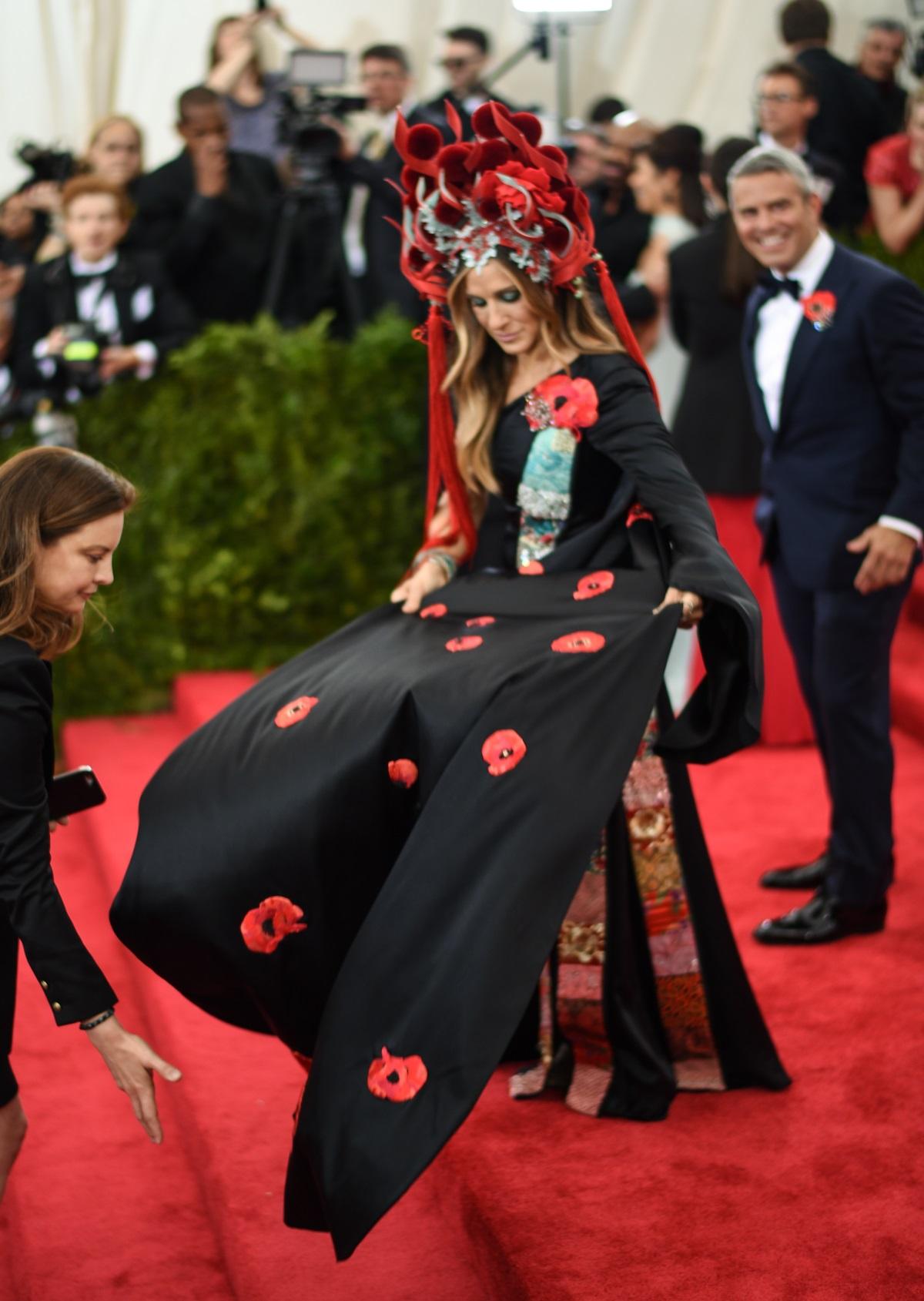 """Сара Джесика Паркър на Мет Гала 2015 г. """"огнената шапка"""" на актрисата бе много ефектна, но изглеждаше като най-неудобното нещо на света."""