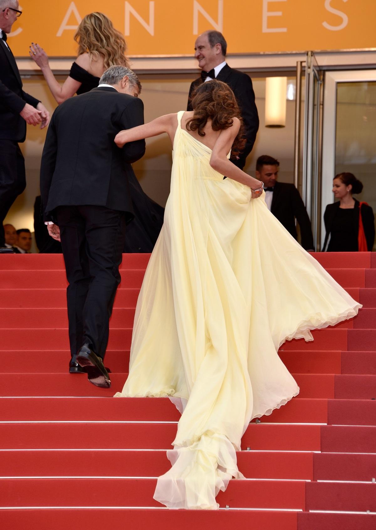 През 2016 в Кан Амал Клуни за пореден път показа добрия си вкус към модата, но роклята в нежно жълто ѝ създаваше проблеми, когато трябваше да се изкачи по стълбите.