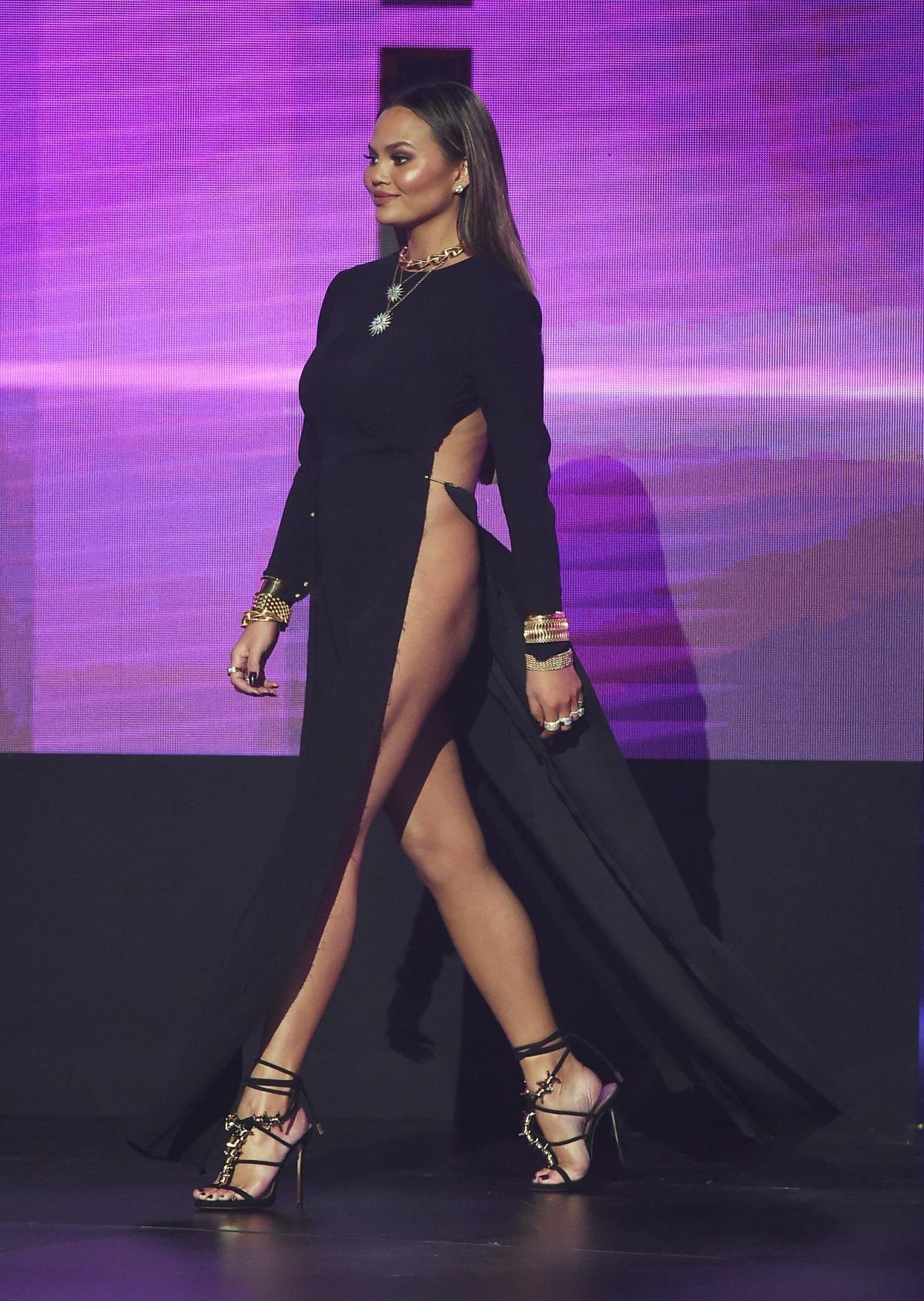 Криси Тейгън беше без бельо на Американските музикални награди през 2016 г. и се постара роклята ѝ да я покаже в пълния ѝ блясък. Затова трябваше доста да внимава как се движи.