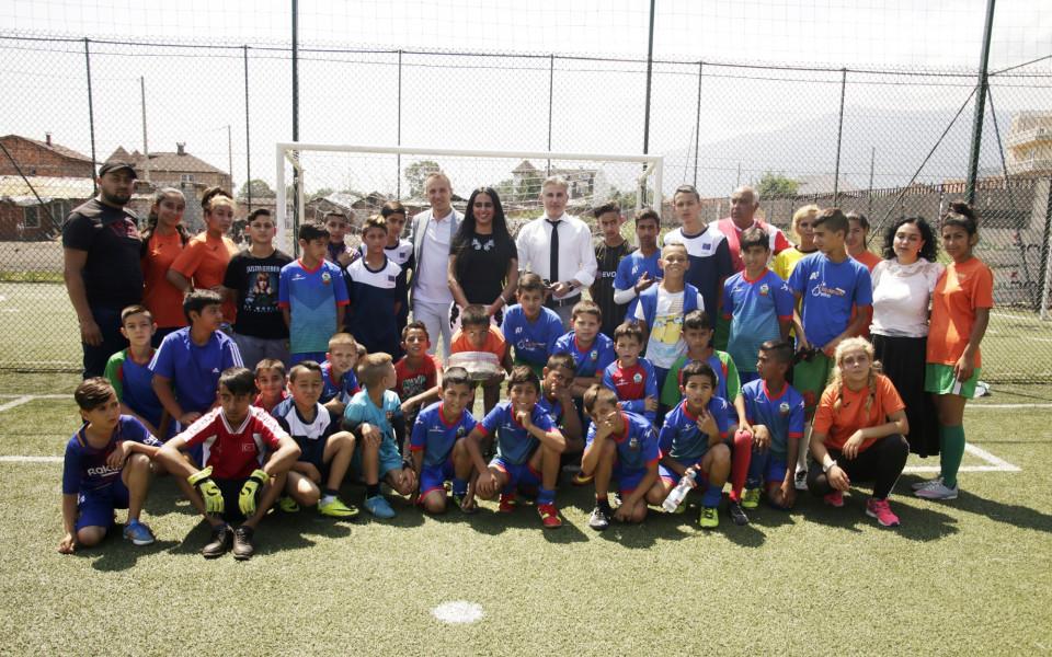 Принцесата на Катар игра футбол с деца във