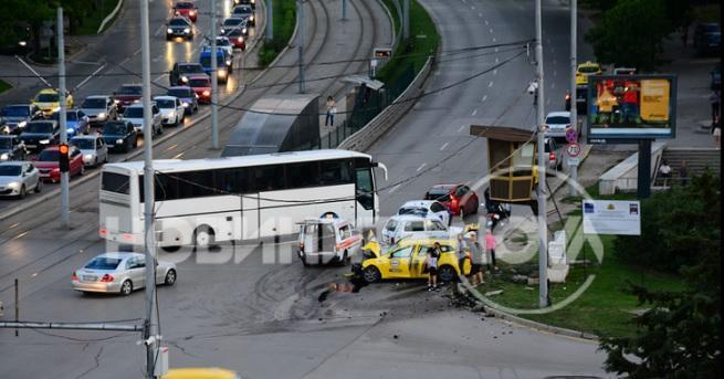 Жестока катастрофа с такси в столицата. Инцидентът се е случил