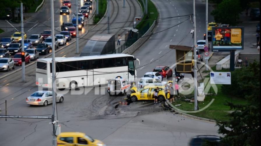 Тежка катастрофа с такси в София, четирима са ранени