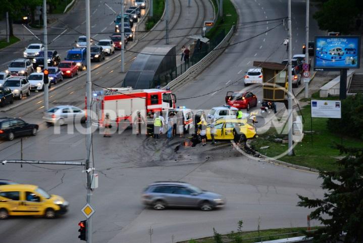 """Жестока катастрофа с такси в столицата. Петима души са ранени. Инцидентът се е случил в 20:50 часа на пресечката на бул. """"България"""" и """"Каблешков""""."""
