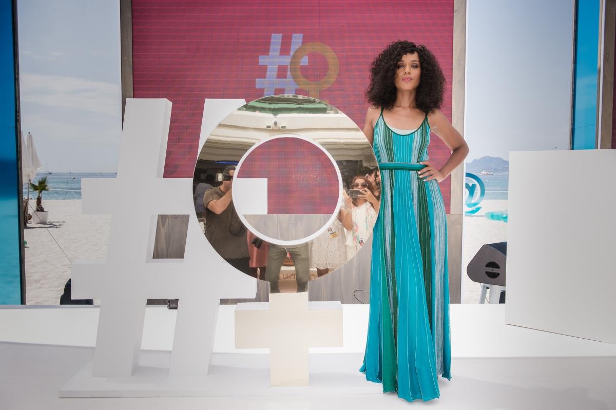 """Актрисата от сериала """"Скандал"""", Кери Уошингтън очарова в Кан с небрежната, но стилна лятна рокля на раета."""