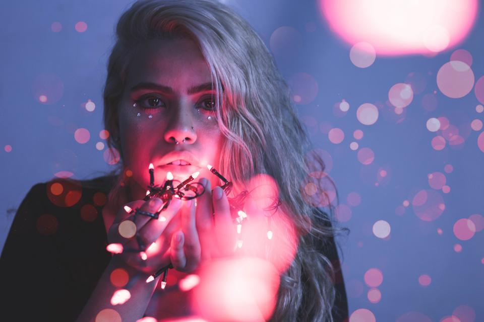 момиче лампички светлина