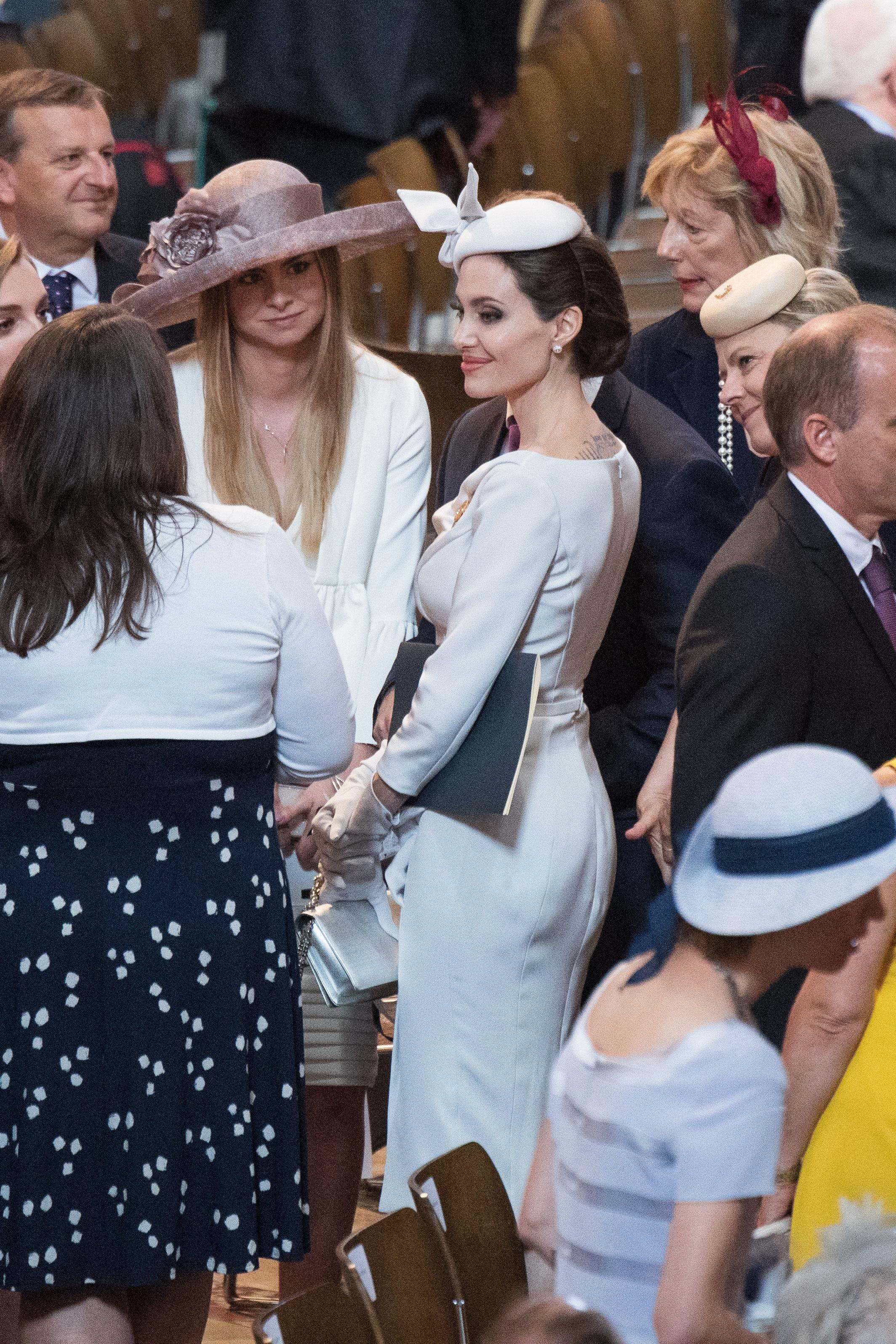 Анджелина Джоли прикова погледите към себе си в катедралата Сейнт Пол в Лондон на кралска церемония по повод 200 годишнината на най-важния орден – на Архангел Михаил и Сейнт Джордж