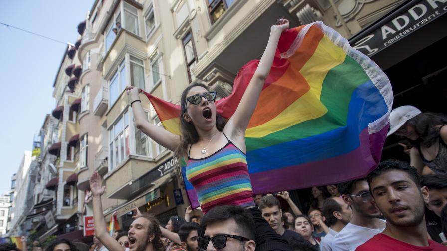 Гейове срещу полицията - сблъсъци в Истанбул