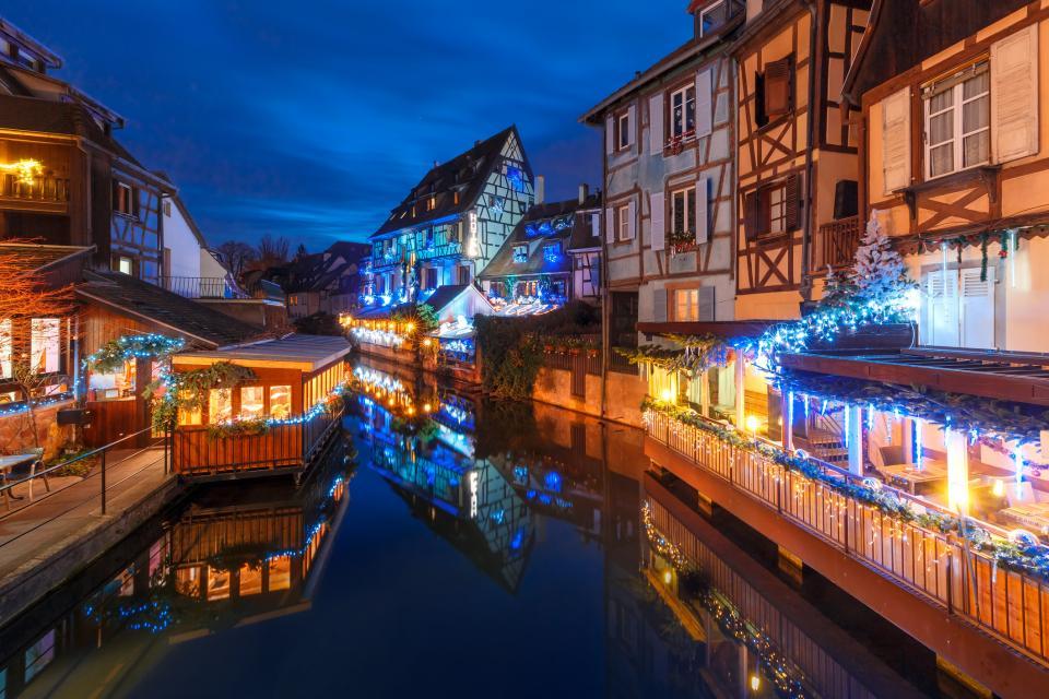 """Колмар. Столицата на френската провинция Елзас. Наричат го и """"малката Венеция на Франция"""". и най-елзаския град на Елзас. Намира се в Източна Франция, близо до границата с Германия.Колмар е вторият град в Елзас по-големина на културното наследство след Страсбург., Архитектурата на града е почти приказна  сградите са много цветни, високи и тесни, наподобяват холандските. Неслучайно през 1931 г.Жорж Дюамел пише:Колмар е най-красивият град в света""""., """"Малката Венеция"""" е квартал, прорязанот канали, свързани с река Ил. Тя, на свой ред, свързва Колмар и рекаРейн. Каналите тук не са толкова големи, но също имат своите предимства и плюсове. Някои от улиците са изцяло речни канали, подобно във Венеция. Може да се разходите из района с лодка и да се полюбувате на живописните къщички от двете страни на каналите. Мостовете им са толкова ниски, че когато лодките минават под тях, туристите трябва буквално да залягат."""