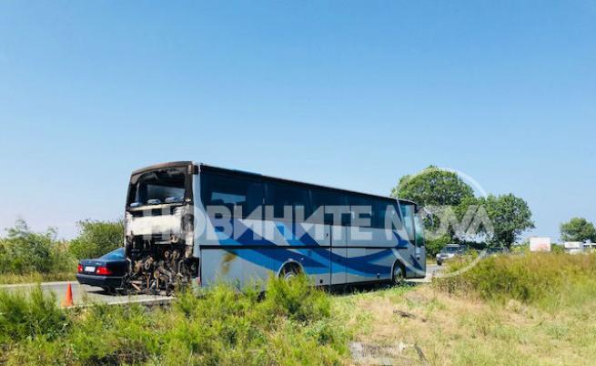 Автобус пълен с туристи се запали край Поморие