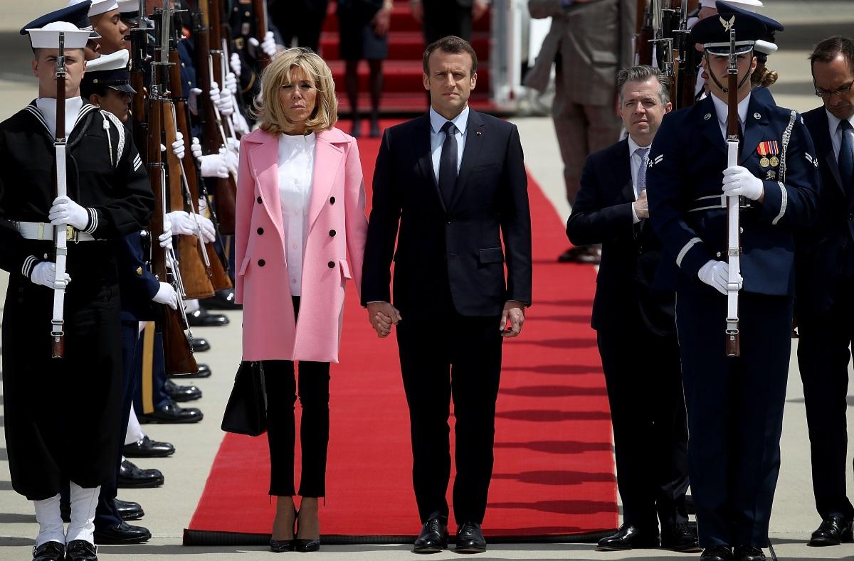 Брижит и Еманюел Макрон в летището в Мериленд преди първото си посещение в Белия дом - април, 2018 г.