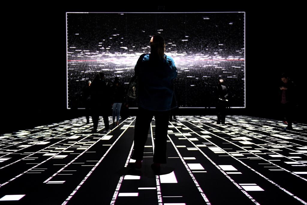 """Посетителите разглеждат аудио-визуалната инсталация, наречена """"микро / макро"""" от японския визуален художник Ryoji Ikeda в Сидни, Австралия. Инсталацията е отворена за обществото от 4 до 29 юли"""