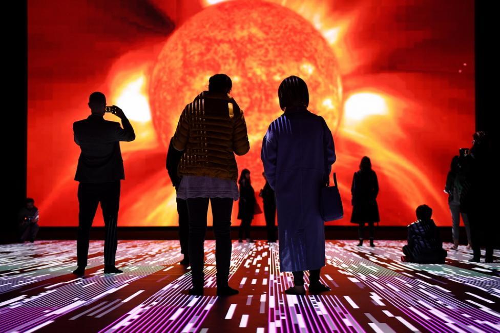"""- Посетителите разглеждат аудио-визуалната инсталация, наречена """"микро / макро"""" от японския визуален художник Ryoji Ikeda в Сидни, Австралия..."""