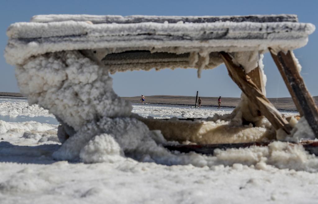 Цялото пространство е един огромен кристал сол, достигащ в диаметър 16 километра. От тук се добива цялата сол за страната – това са няколко милиона тона сол ежегодно.