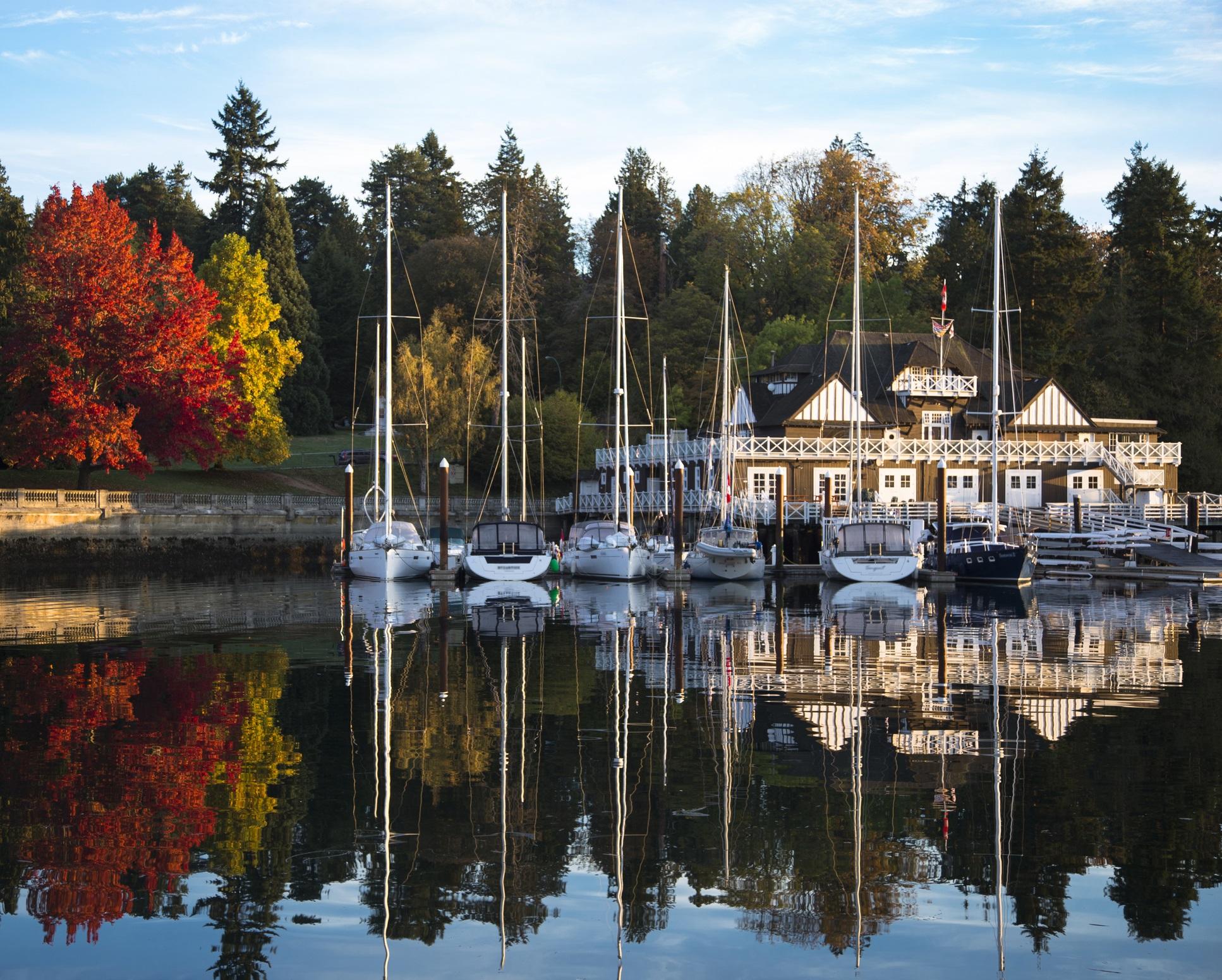 Стенли парк, Ванкувър, Канада<br /> <br /> Малко градски паркове могат да съчетаят в себе си дивата гора и лекото очарование, както Стенли парк във Ванкувър. Велосипедните алеи, които го опасват, са една от възможностите за връщане към природата без да се налага да напускате най-хубавия метрополис в Канада. Великолепните гледки, в които има всичко от плаж до планини, определено ще ви накарат да се откъснете от ежедневието.