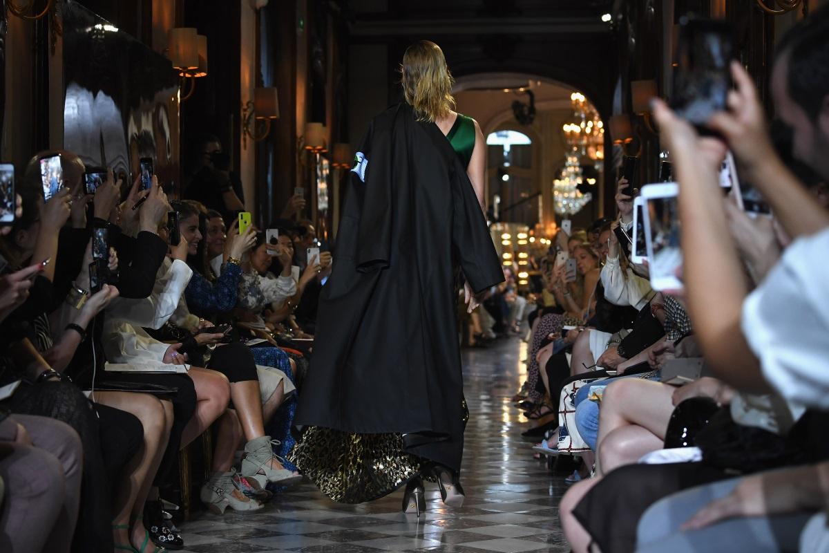 """Ума Търман се качи на модния подиум в Париж. 48-годишната актриса бе част от шоуто на италианската марка Miu Miu. Звездата от """"Криминале"""" дефилира с интересна рокля от две части - тъмнозелен топ и пола с висока талия с леопардова шарка."""