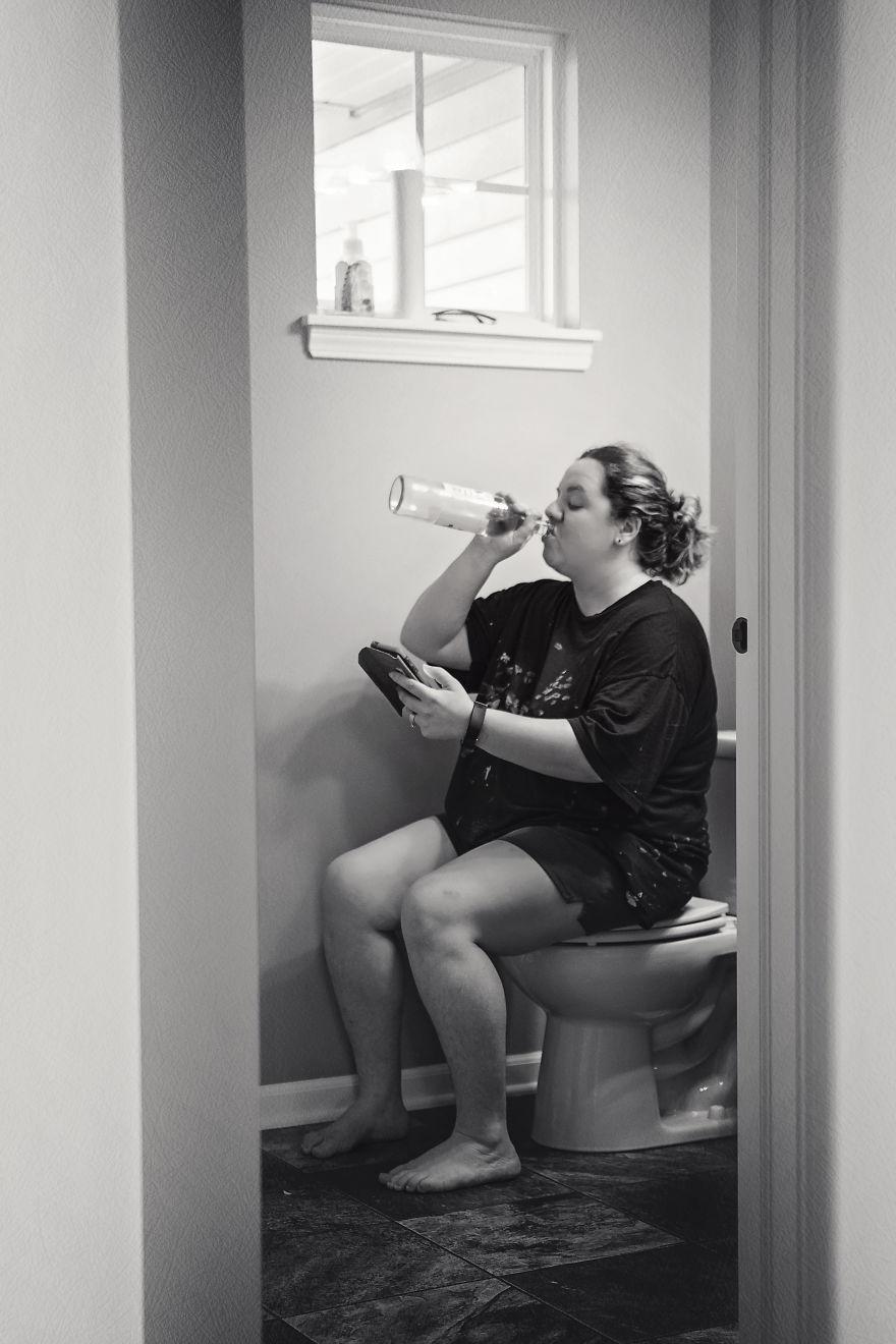 Понякога майките имат нужда да изпият глътка вино и да се поровят в телефона